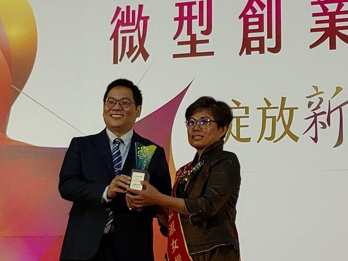 「2020微型創業楷模」,今由勞動部次長王安邦(左)頒獎佳合農產總經理黃淑女(右...