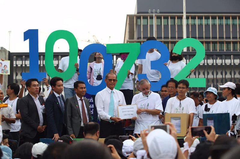泰國民間團體iLaw版本的修憲草案衝破10萬人連署,送入國會辯論程序,寫下泰國憲政史上的新紀錄。圖為iLaw在9月22日將連署書送到國會。iLaw提供