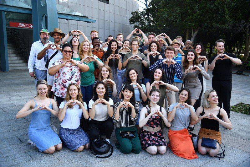 經典音樂劇「歌劇魅影」演員日前抵達台灣,並配合防疫政策隔離,17日在台北小巨蛋舉行防疫出關記者會,演員們比出愛心手勢。 中央社