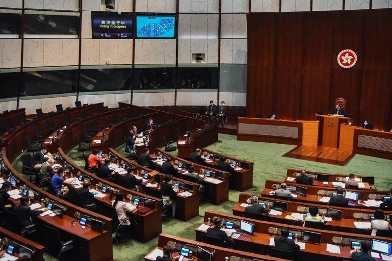 香港立法會6月4日下午三讀通過「國歌條例草案」。圖/香港中通社