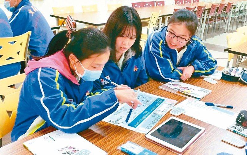 高中要上傳學生的學習歷程檔案,展現學生學習過程的成果。圖為課堂討論示意照。本報系資料照片