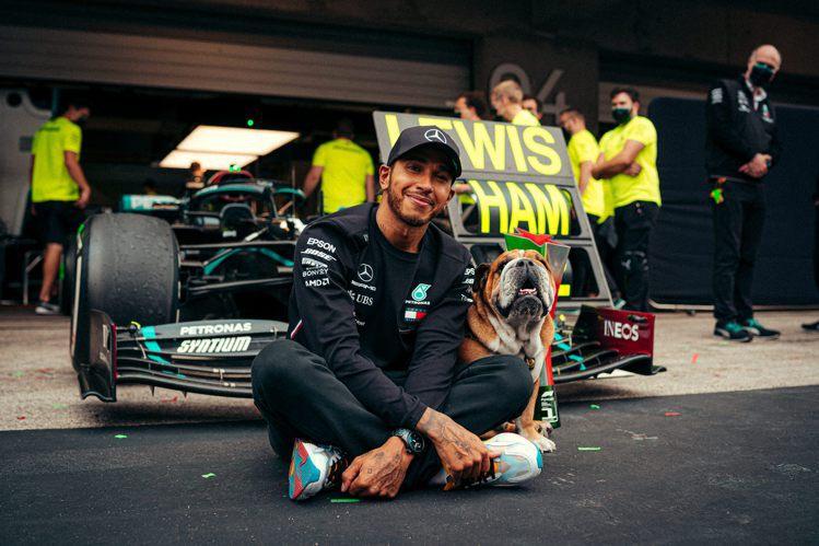 Lewis Hamilton常在個人社群帳號大秀他與愛犬Roscoe合照。圖 /...