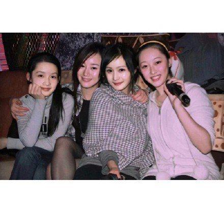 楊冪與李沁(左)、張檬、蔣夢婕的12年前舊照。圖/摘自Hey-look-here...
