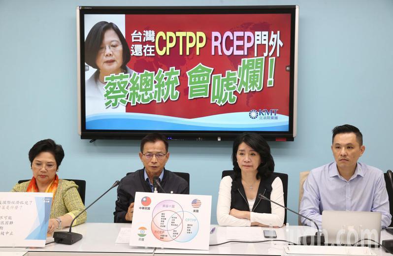 國民黨團上午舉行「台灣還在CPTPP、RCEP門外 蔡總統會唬爛!」記者會,立委温玉霞(左起)、賴士葆、李貴敏、陳以信出席。記者曾吉松/攝影