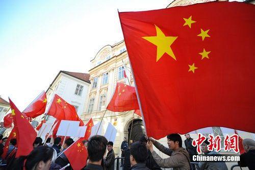 捷克外交部16日發表聲明,批評大陸當局取消四名香港民主派立法會議員資格,大陸駐捷克大使館17日表示,公職人員宣誓效忠國家制度是國際通例。(圖/取自中新網)