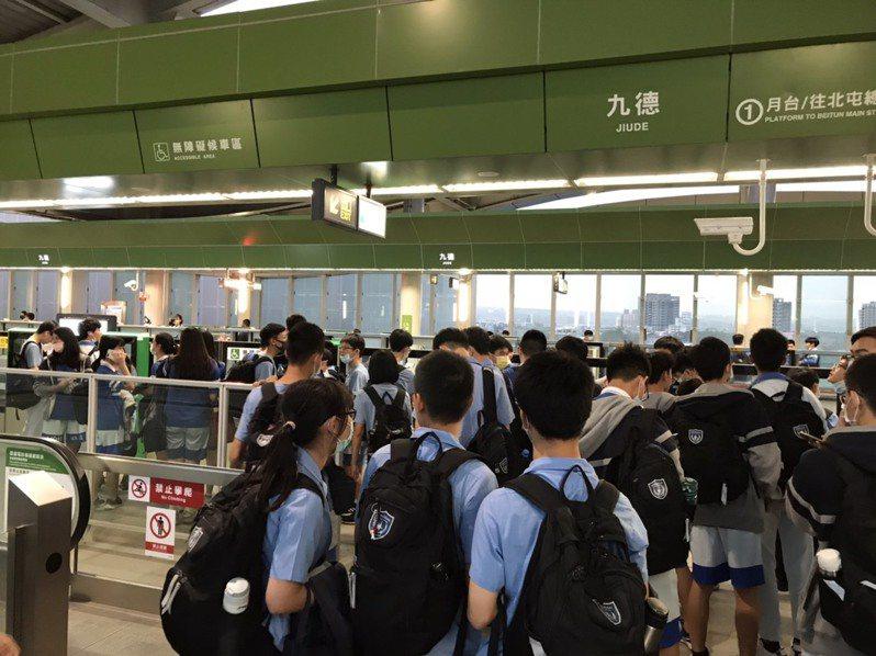 台中捷運試營運,明道中學校長汪大久昨天傍晚帶著學生們前往捷運九德站試乘。圖/明道中學提供