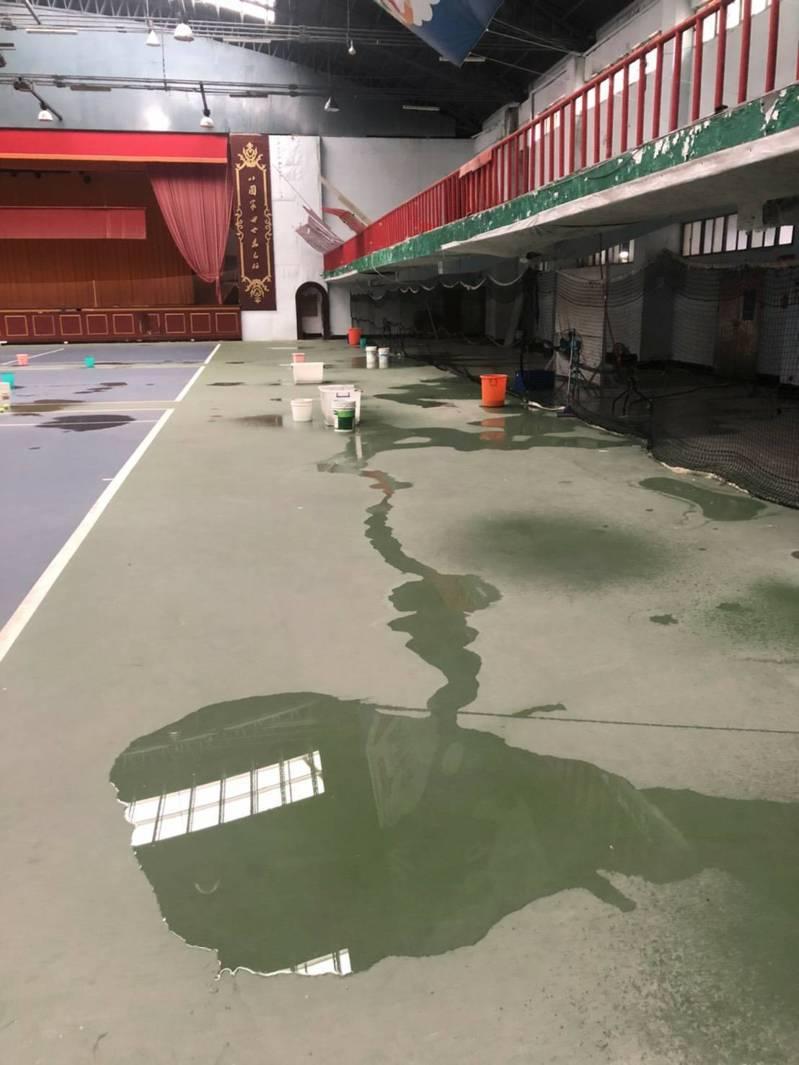 漏水克難打網球,基隆將花6千萬整建北部網球培訓中心。圖/陳宜提供