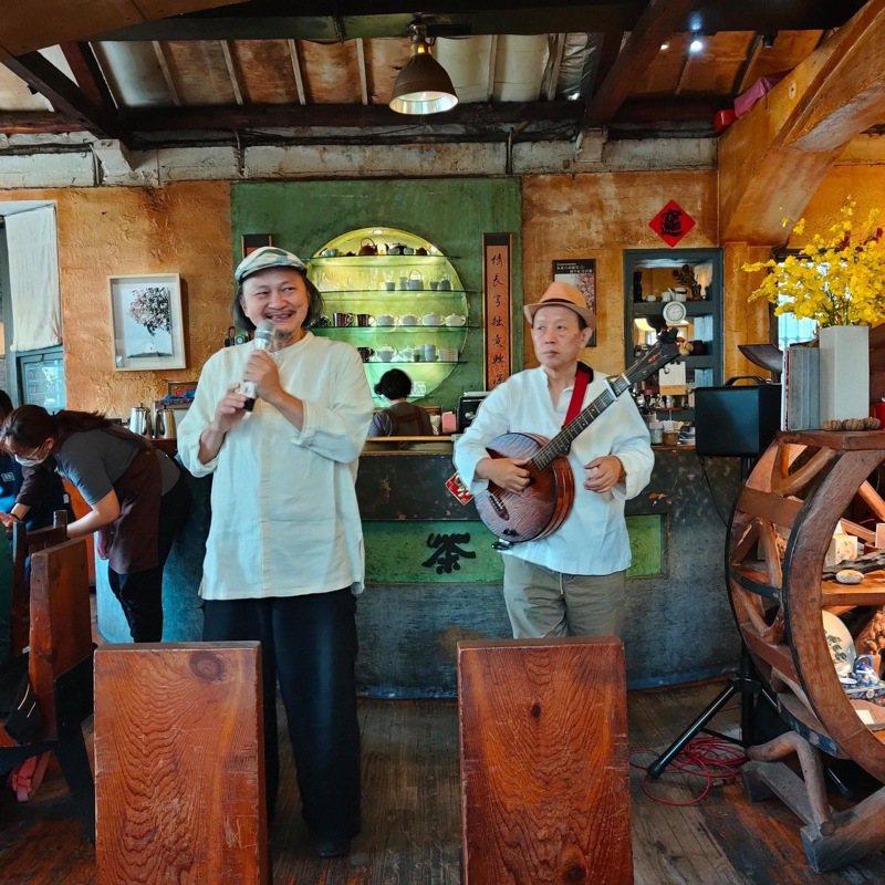奉茶老闆葉東泰(左)15日在餐廳內吟詩,舉辦告別餐會。圖/擷自葉東泰臉書