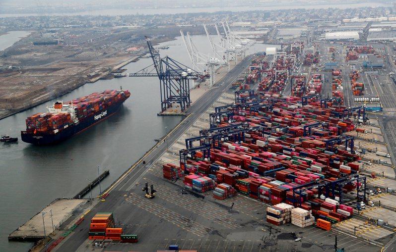 美國紐約港貨櫃碼頭。  路透