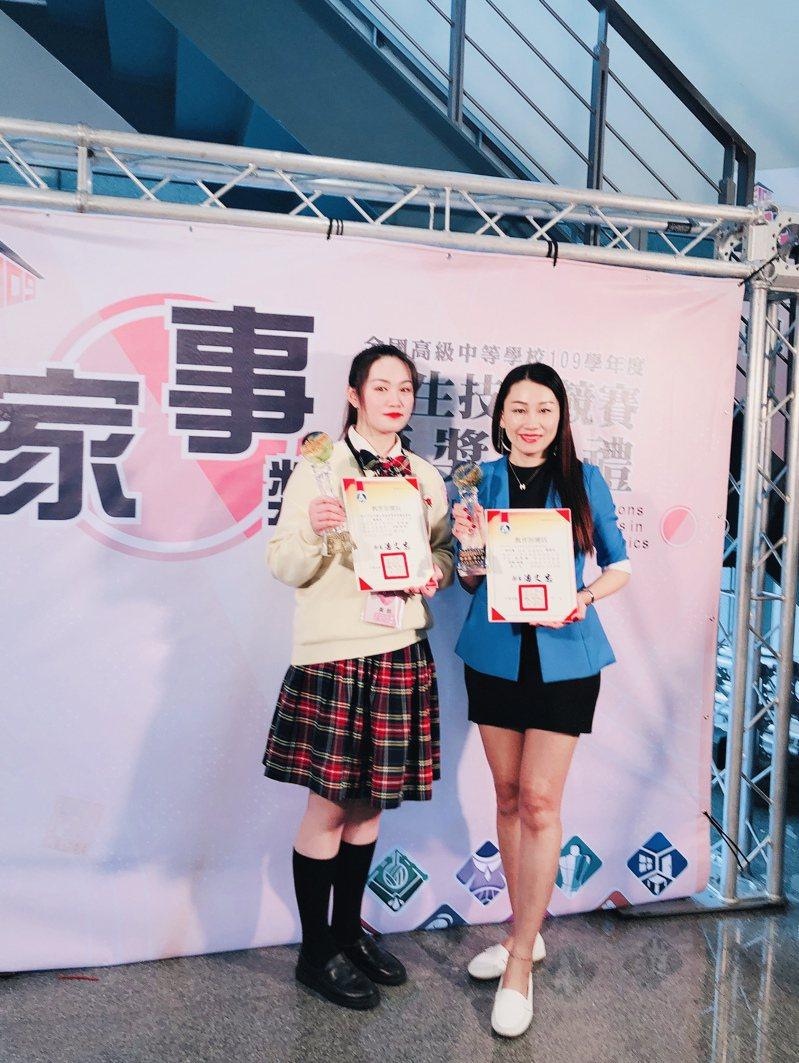 新北樹人家商美容科蕭書涵(右)國中會考只考9分(4B1C),但她參加109學年度全國家事技藝競賽,拿下美顏組第2名。圖/樹人家商提供
