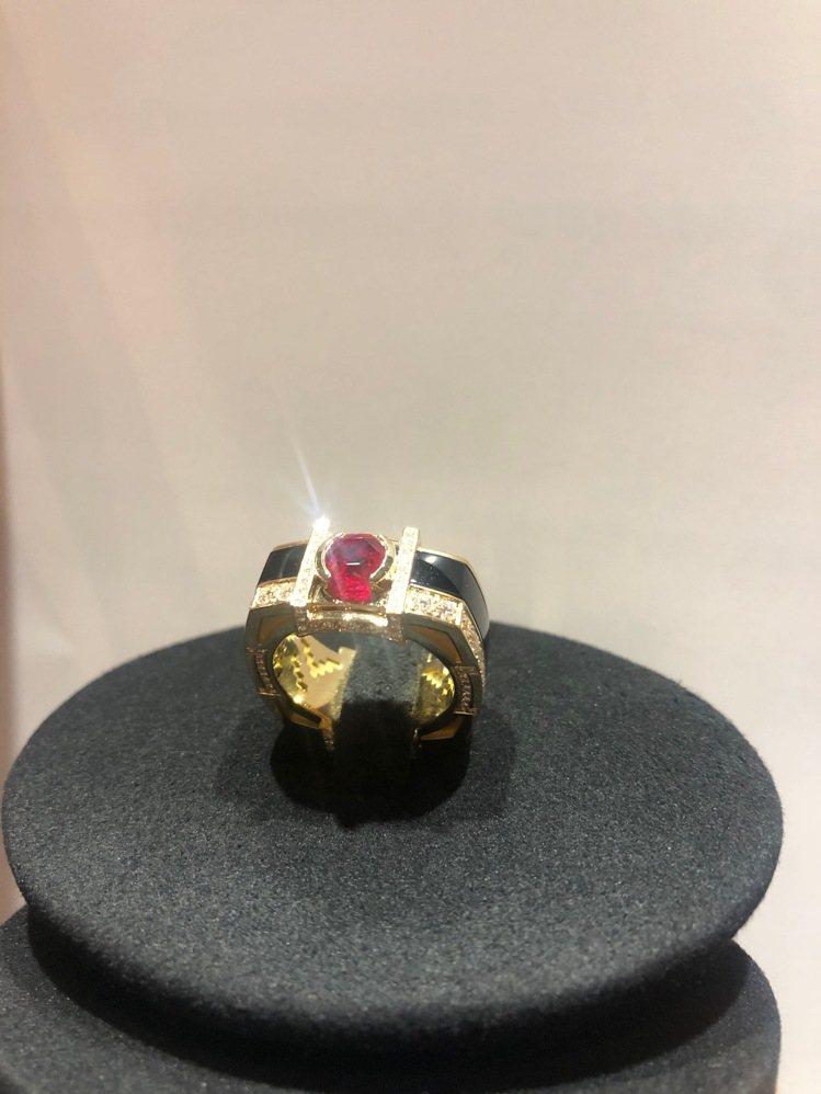 Khieng訂製MEET LOVE限量版慈善珠寶以黃K金鑲嵌1克拉紅寶石主石,將...