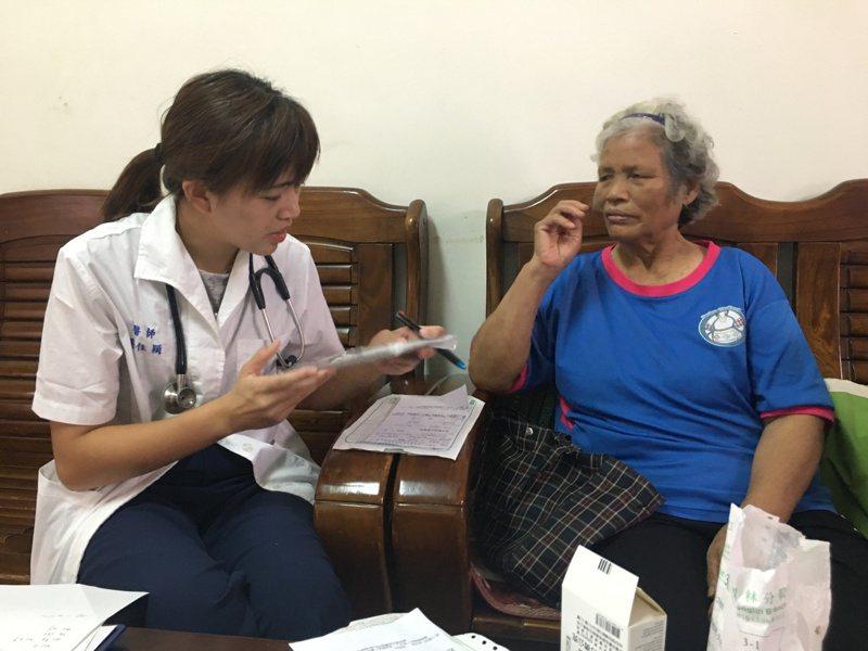 衛福部推動「居家失能個案家庭醫師照護方案」,花蓮縣衛生局媒合52家診所,外展到5千多位失能個案家中訪視,照護涵蓋率60.21%。圖/花蓮縣衛生局提供