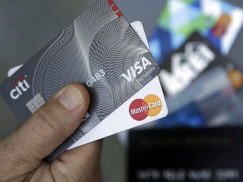 周姓夫妻向八家銀行申訴信用卡遭盜刷一案,爭點在於晶片信用卡能否被複製,目前台灣高等法院函詢VISA與萬事達卡,想確認晶片卡是否可能偽造。美聯社