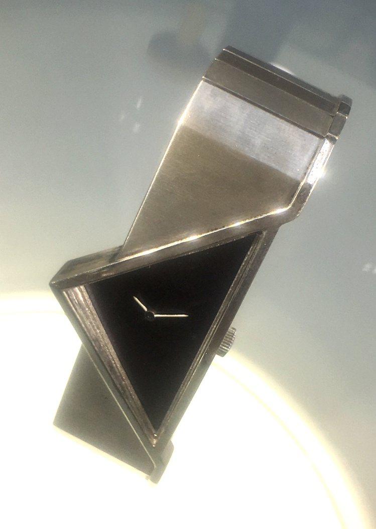 Trinidad腕表以稜角分明的結構,反應1970年的太空時代,並由德國知名珠寶...