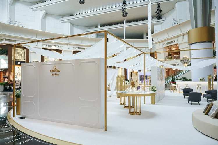 白色紗簾、淺金色視覺與透明玻璃罩,凝縮了OMEGA過往120多年的工藝與創意。圖...
