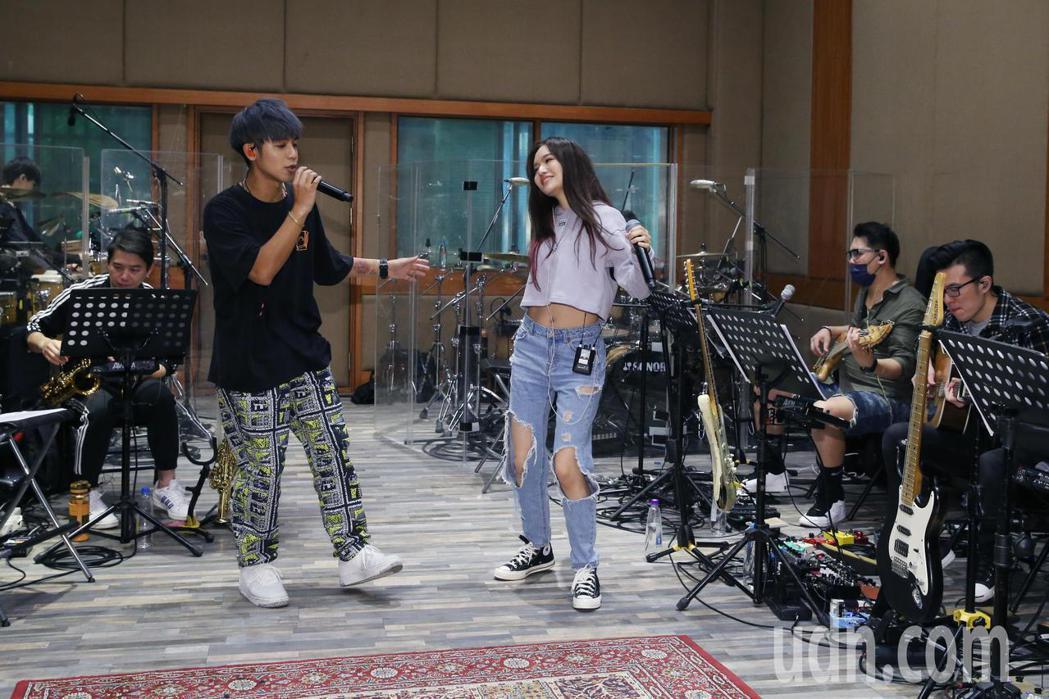 鼓鼓呂思緯(左)即將在台北流行音樂中心舉辦個人售票演唱會,今天邀請演唱會嘉賓文慧...