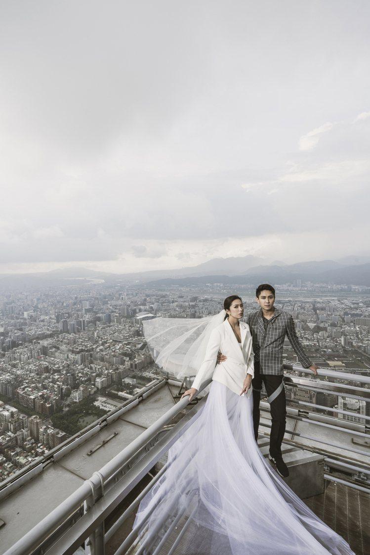 新人們在台北101 Skyline 460拍攝婚紗照必須全程配戴安全設備。圖/L...