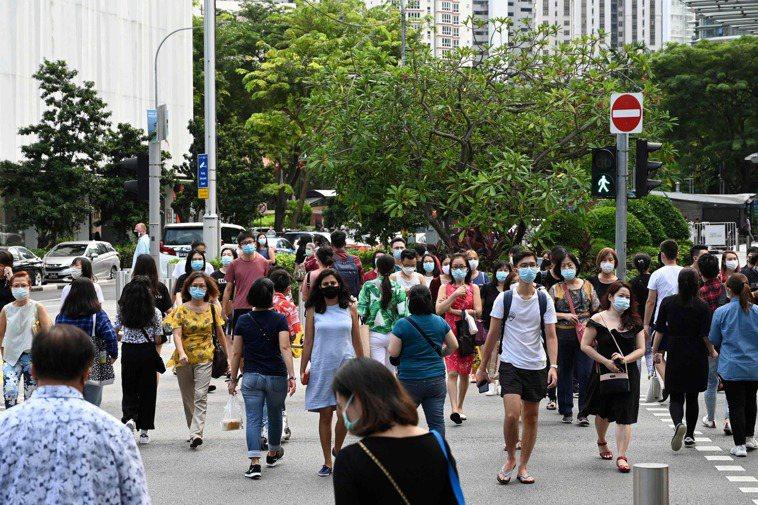 星國自4月起便規定民眾出外一律須戴口罩,圖為烏節路上的逛街人潮。法新社