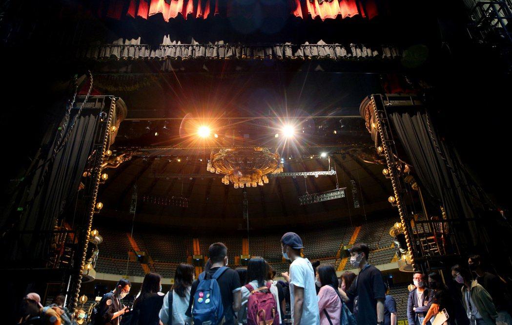 「歌劇魅影」原裝劇場屋頂、燈光、音響、道具、服裝等海運來台。記者余承翰/攝影