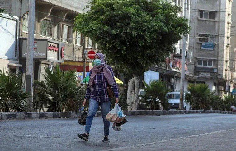以色列給包括台灣在內的綠色地區商務旅客入境便利待遇。圖為以色列民眾在外出時戴口罩...