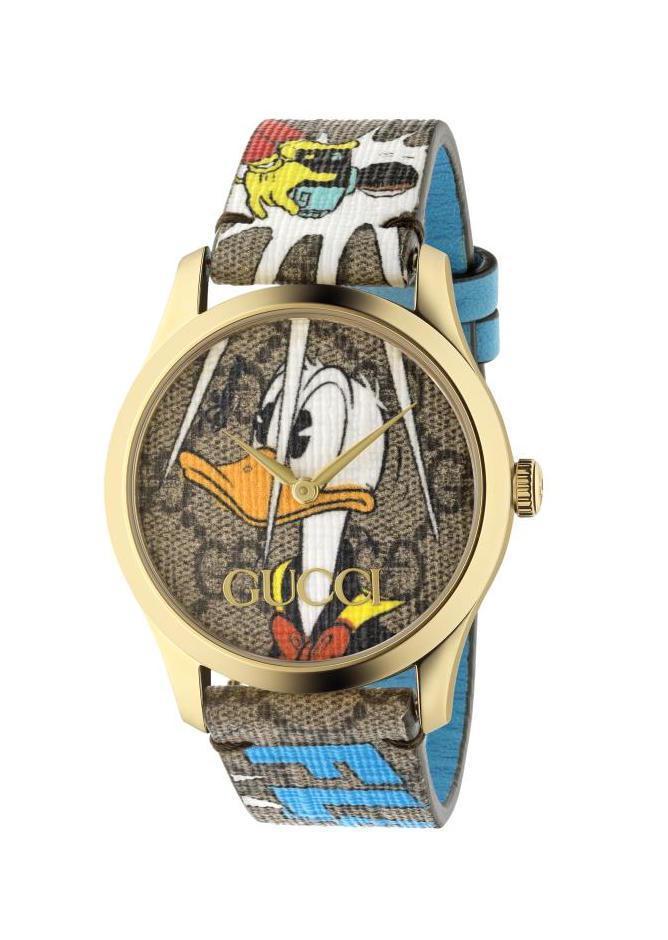 GUCCI G-TIMELESS CONTEMPORARY系列腕表,石英機芯、時間顯示,唐老鴨帆布皮革表帶,32,000元。圖 / GUCCI提供。