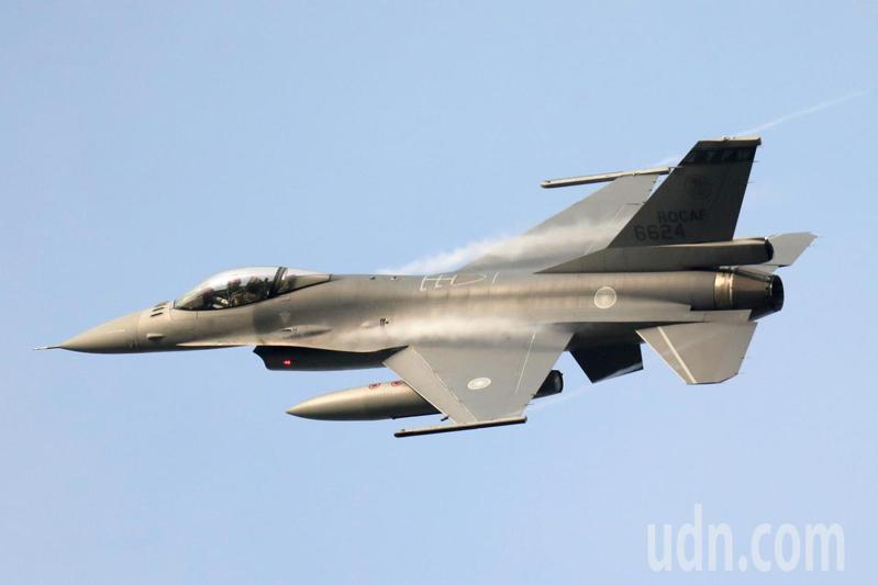 空軍司令部證實,一架今晚執行夜航任務的F-16戰機於花蓮外海失蹤,國軍正全力展開海空搜救當中,圖為同型戰機。圖/航空迷提供