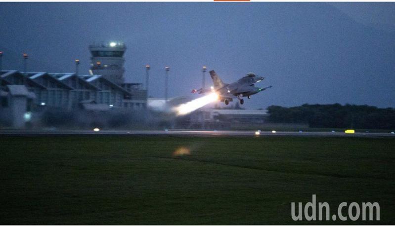 圖為空軍F-16戰鬥機於清晨5點緊急升空,實施防空攔截演練。圖/軍聞社