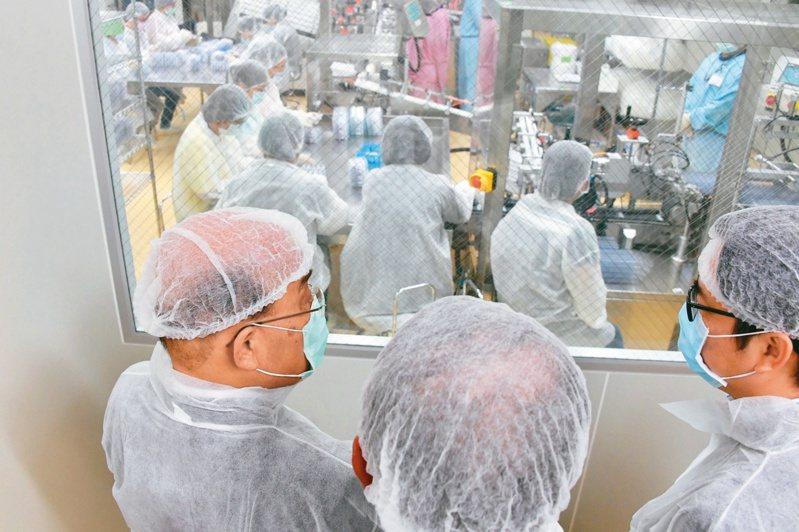 行政院長蘇貞昌(左)率隊參訪國光生技疫苗廠,關心疫苗進度。(本報系資料庫)