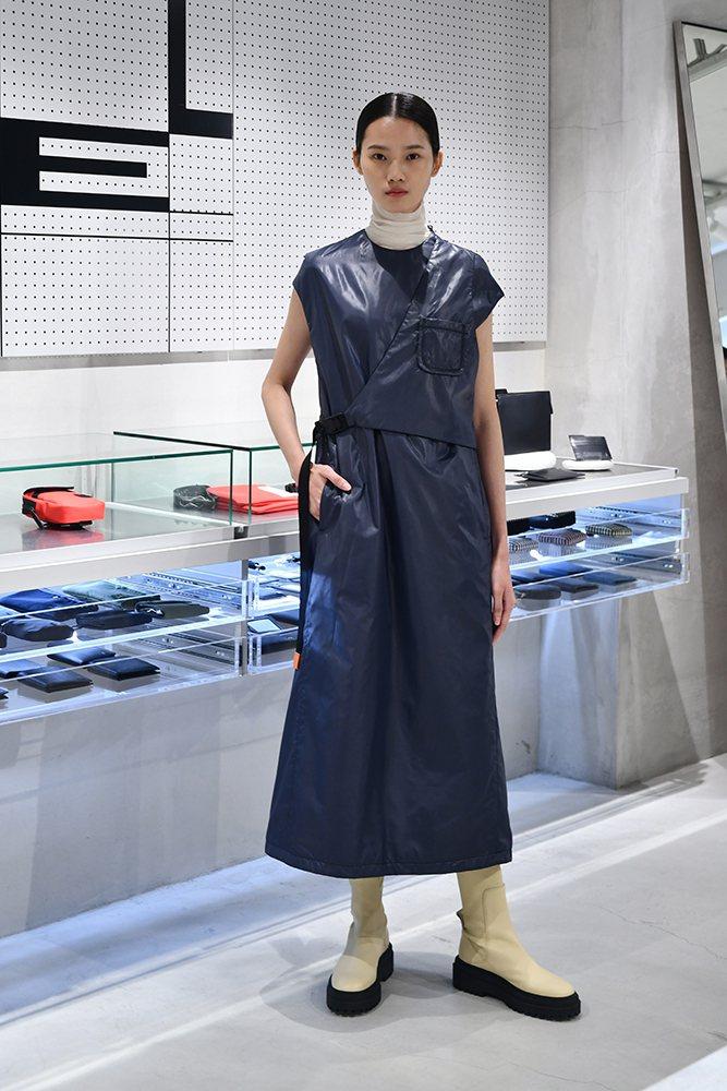 女模演繹ADV_LABEL冬季系列服裝。圖/ADV_LABEL提供