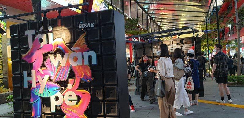 華納威秀廣場展出的「Taiwan HYPE」展覽,是融合傳統民俗、科技、與數位創意的跨界匯流。記者陳宛茜/攝影