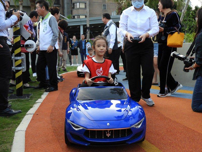 桃市首座「兒童駕駛訓練公園」,設置紅綠燈號置等迷你標誌及標線,讓兒童在遊戲中學習交通規則。記者高宇震/攝影
