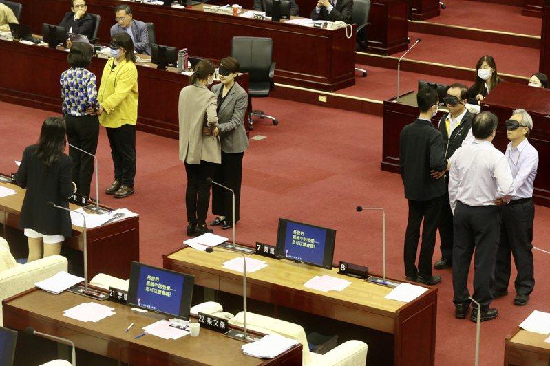 台北議員耿葳揭發盲女搭捷運受到性騷擾,市政總質詢現場,要求市府相關權責官員當場體驗。記者林俊良/攝影