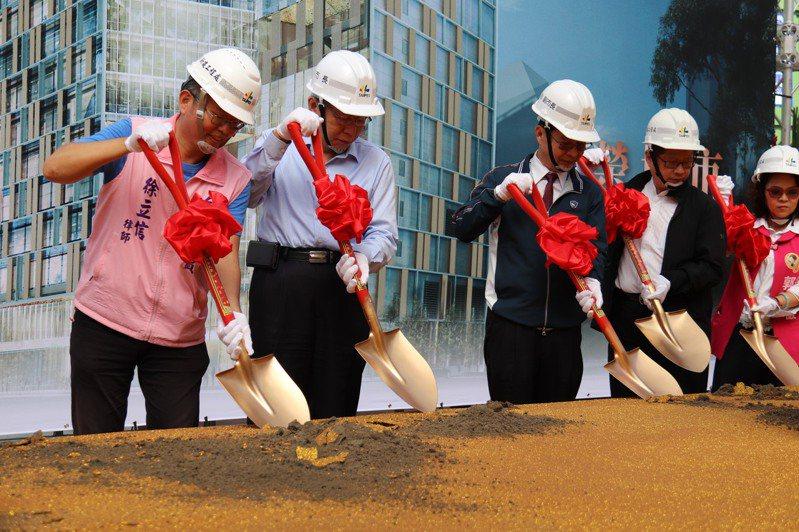 台北市長柯文哲昨天出席「南門大樓暨市場改建統包工程」時表示,南門大樓改建後,新大樓將成為北市新地標及驕傲。記者胡瑞玲/攝影