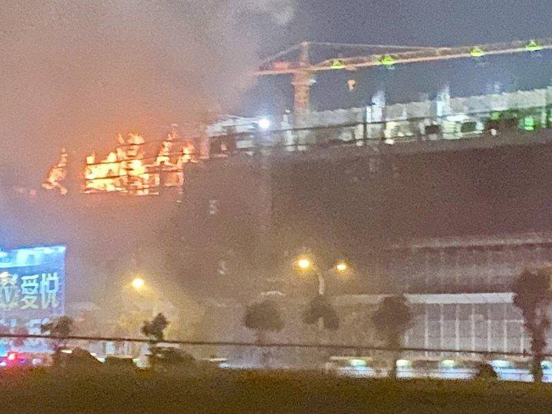 興富發總銷150億元「夢幻誠」工地今晚發生火警,起火點在5樓。讀者提供