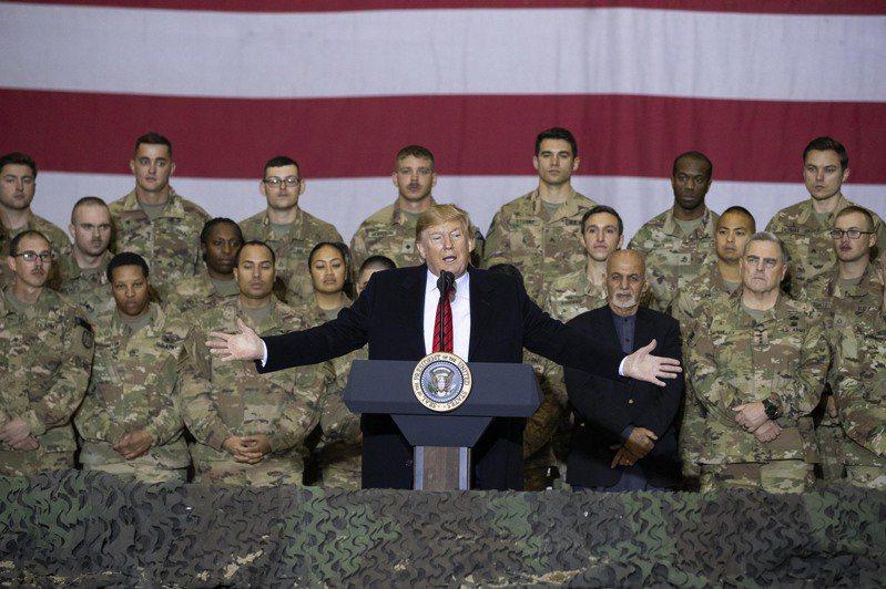 美國政府官員十六日表示,川普總統打算在明年一月十五日前將駐阿富汗美軍減半。圖為川普總統二○一九年感恩節假期祕訪阿富汗美軍基地。(法新社)