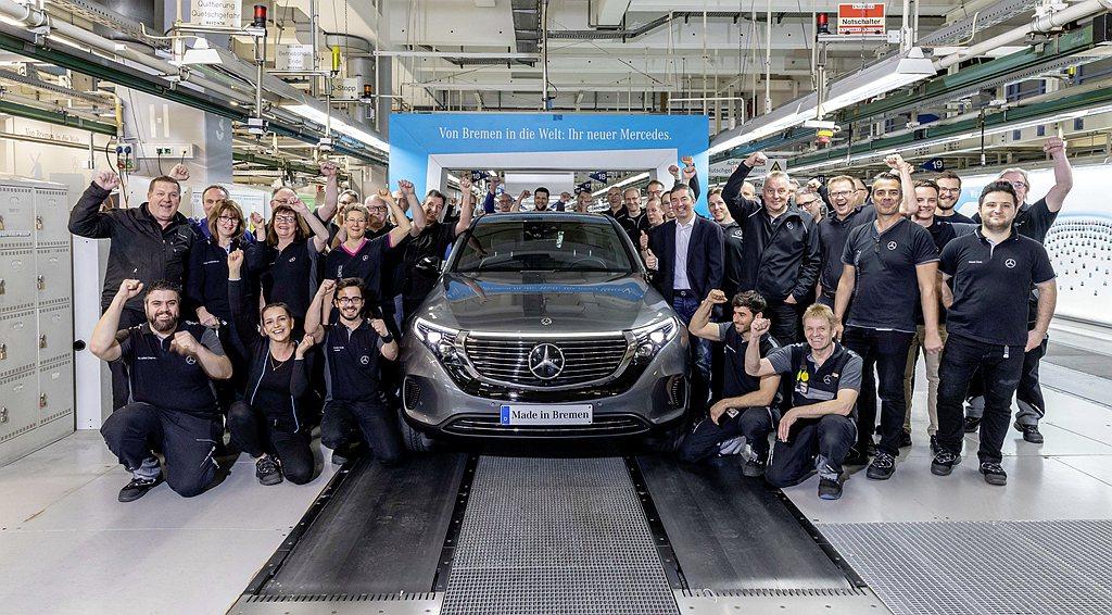 賓士Bremen廠第900萬輛新車還是在2019年才開始量產的EQC電動車。 圖...