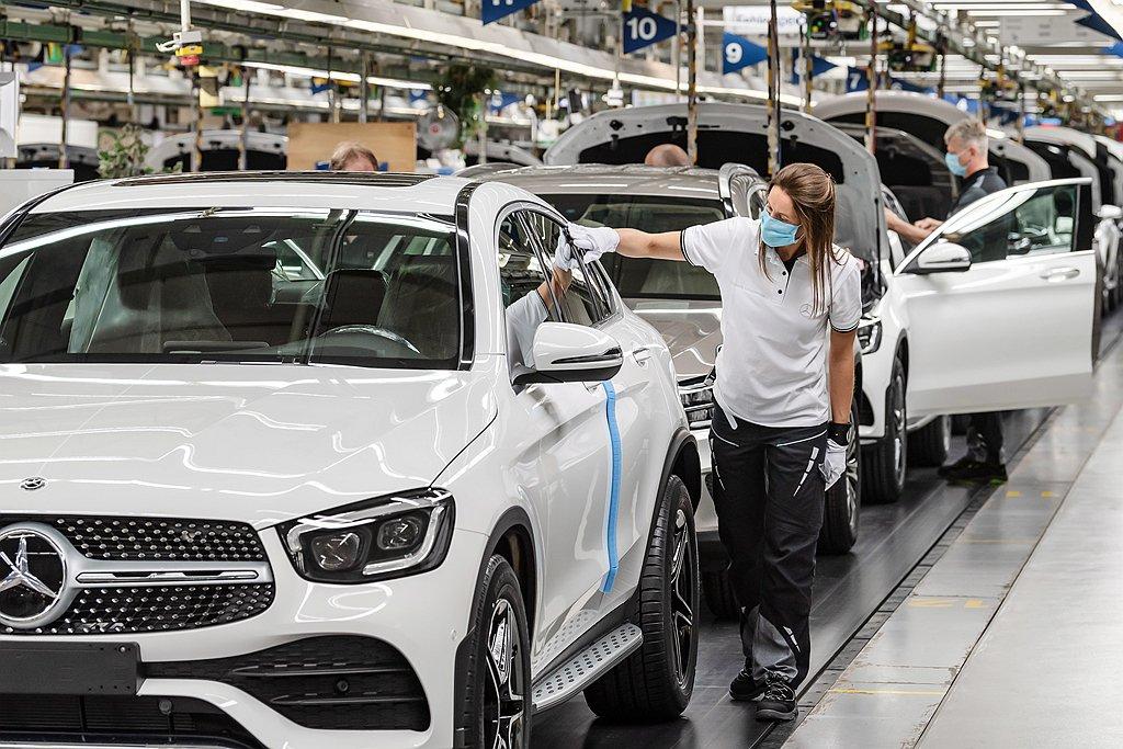 受到車用晶片短缺影響,賓士部分車款甚至要等上超過1年。 圖/Mercedes-B...