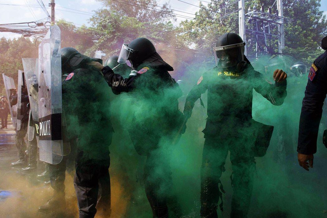 圖為17日抗爭中,警方施放綠色催淚煙。 圖/法新社