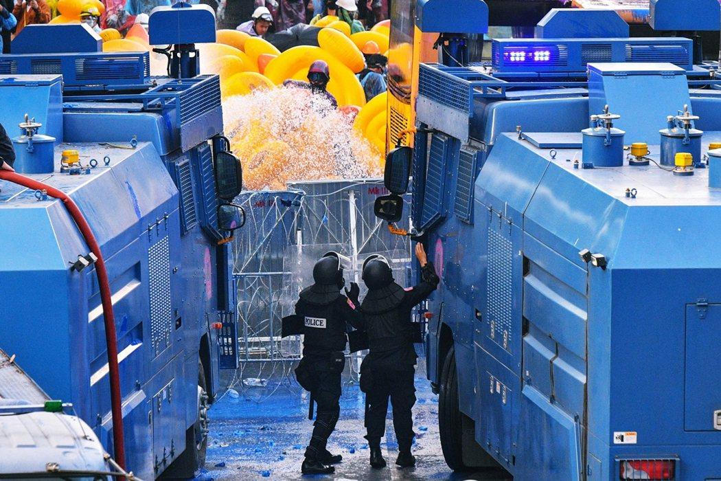 泰國鎮暴警察雖然一度氣勢強硬,但在撤收過程中,反而比示威者還要疲憊萎靡——許多警...
