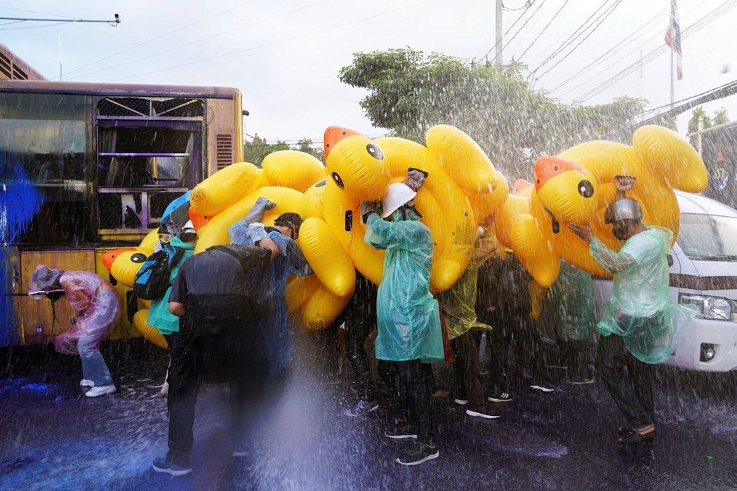 事實上,這批前線就援的「小鴨兵團」,原本是泰國學生們為「水陸兩路包圍國會」所準備...