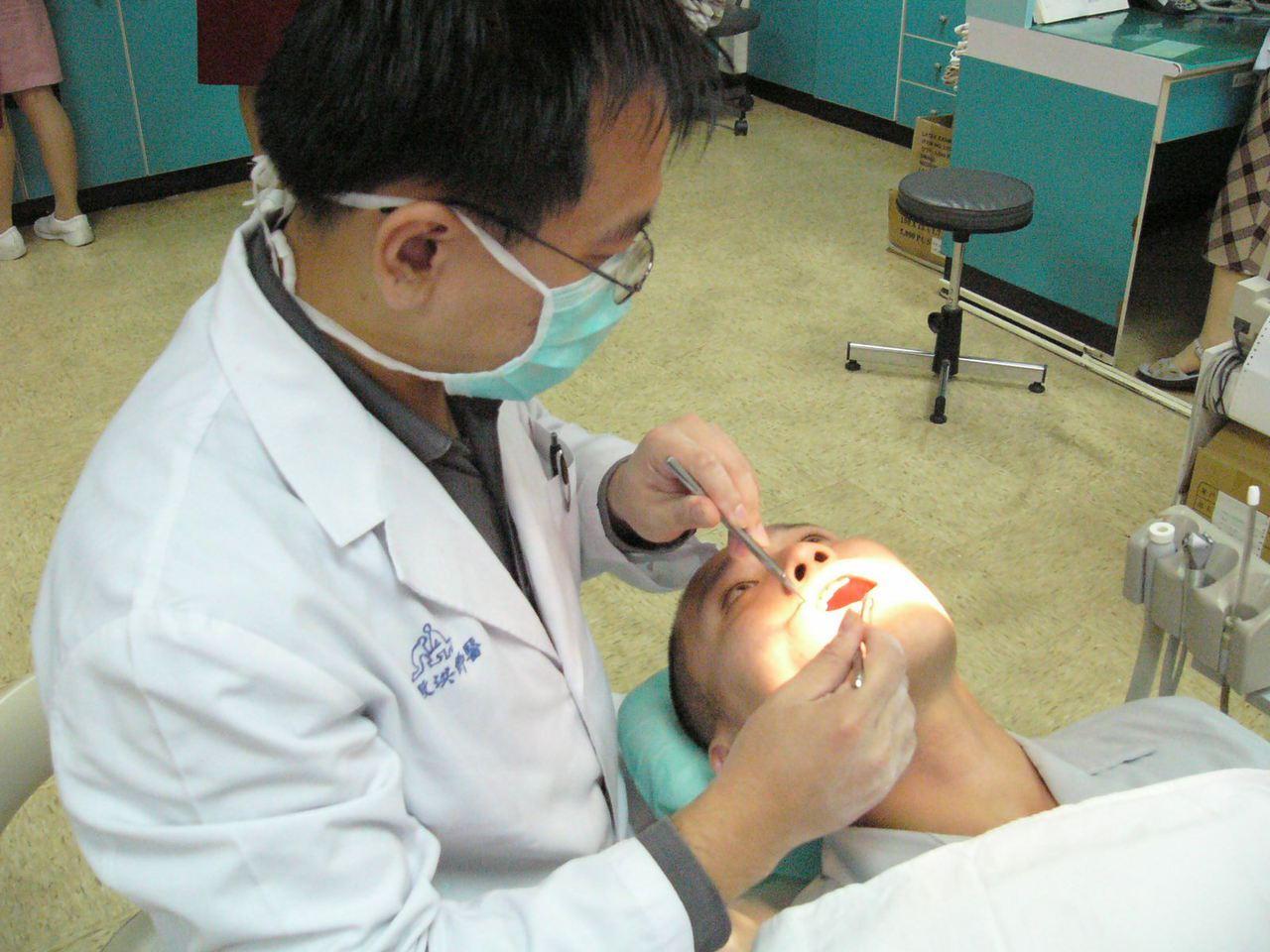 國健署呼籲30歲以上有抽菸、嚼食檳榔者應每兩年接受一次口腔黏膜檢查,早期發現,早...
