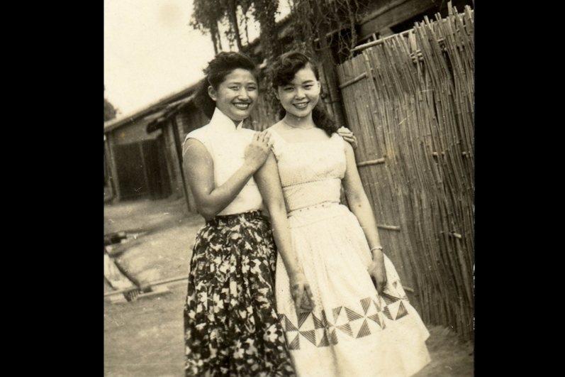 另一首〈美麗的寶島〉由紫薇演唱。圖為紫薇(左)和紀露霞(右)。 圖/紀露霞提供