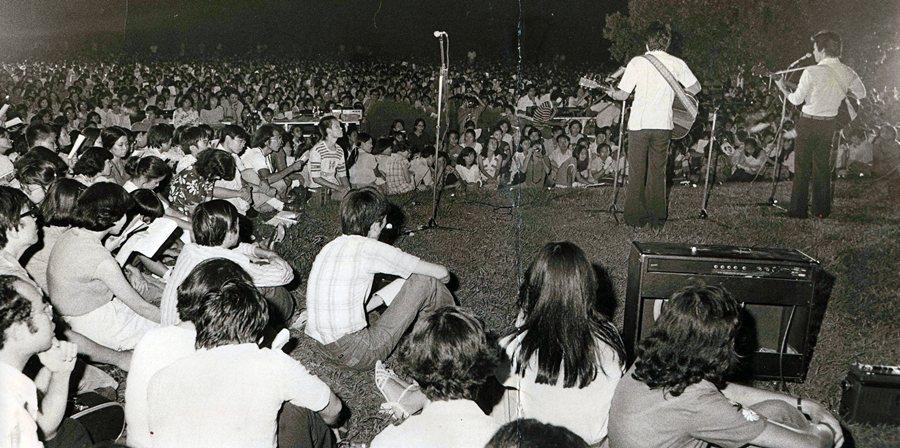 楊祖珺主辦的「青草地歌謠慈善演唱會」,攝於1978年,台北榮星花園。 圖/聯合報系資料照