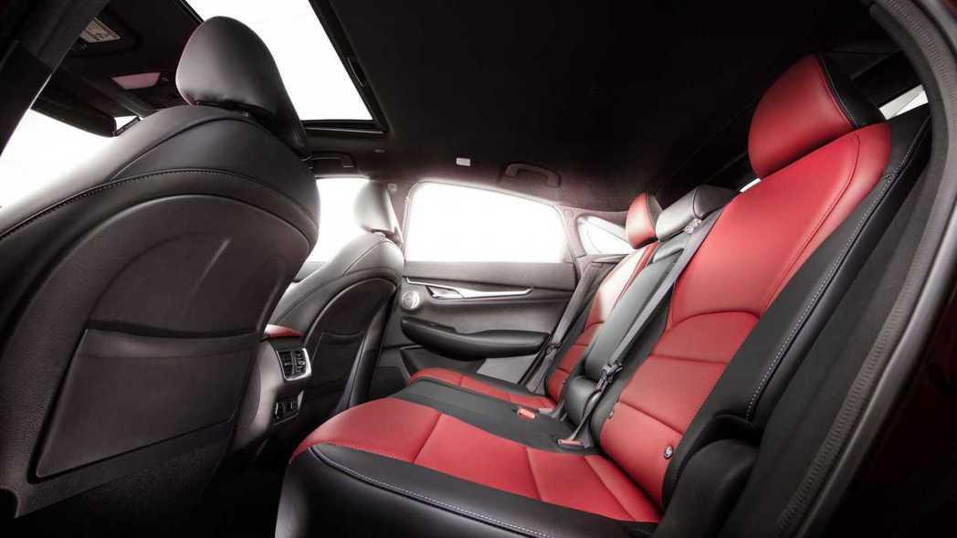 可滑移的後座,讓乘客的腿部空間最多可達983mm。 圖/Infiniti提供