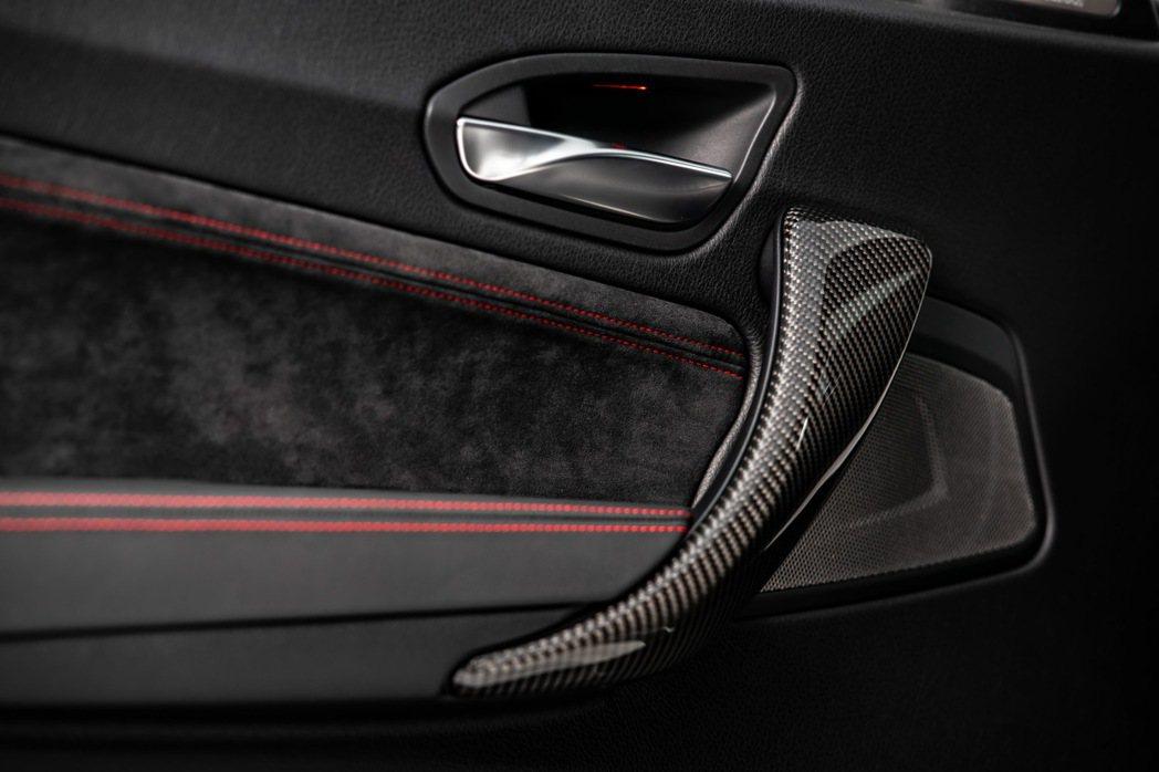 M2 CS車內門板以柔軟麂皮包覆搭配碳纖維材質把手,剛強的外表中蘊藏著精緻內涵。...