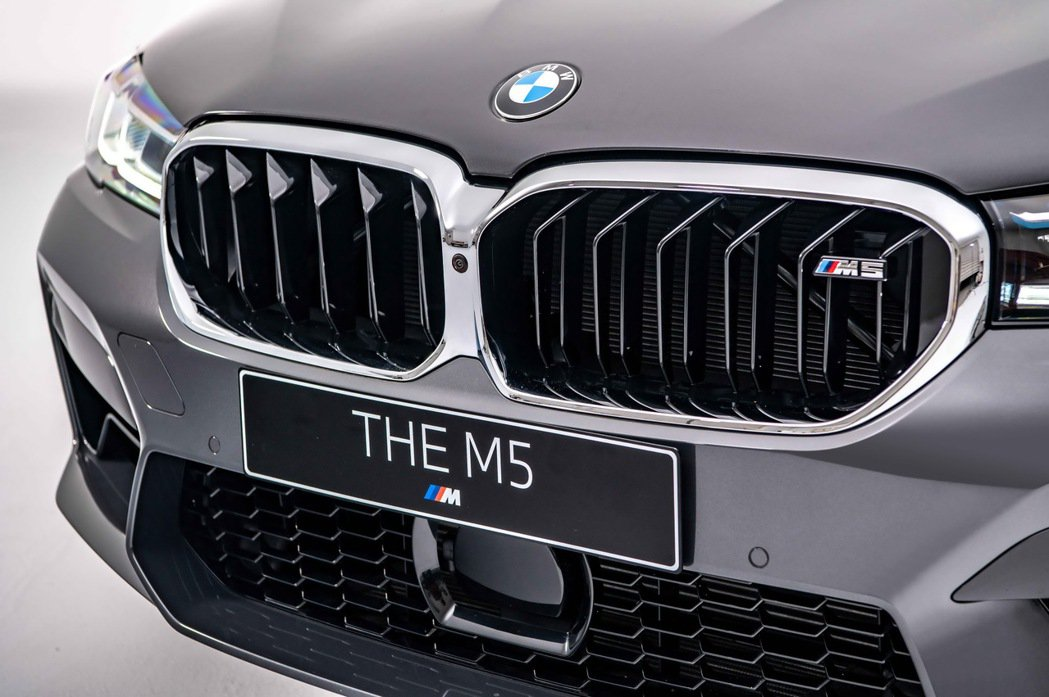 鑲有M5銘牌的全新設計M專屬雙柵腎形水箱護罩,一體成形地搭配寬闊的前下進氣壩,彰...