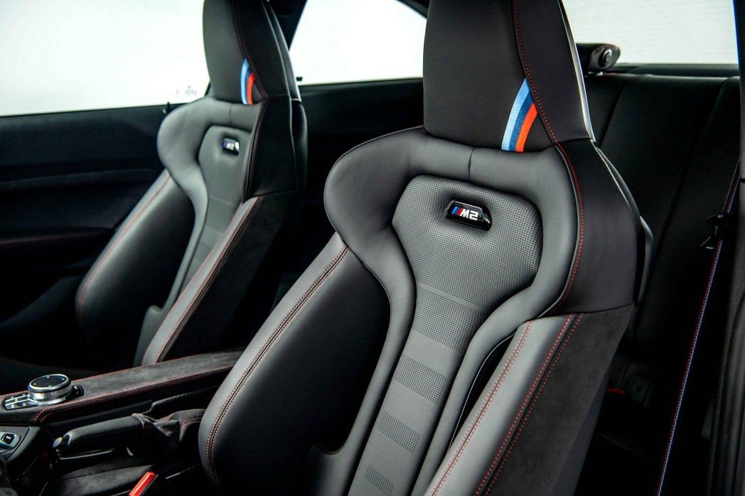 M2 CS座椅使用與 M4 CS 相同的桶型M專屬跑車座椅,結合Merino真皮...