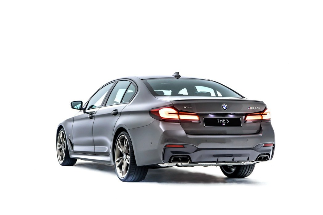 BMW M550i與車身同色的後擾流尾翼、黑色高光澤後下擾流,黑色鍍鉻雙邊矩形排...