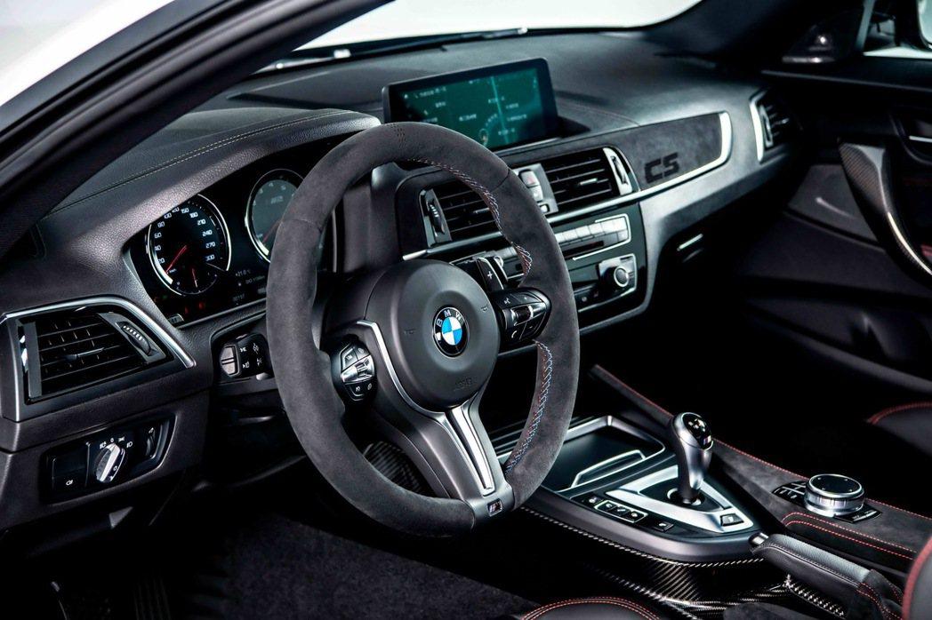 全新BMW M2 CS處處可見Alcantara麂皮材質與對比紅色縫線設計,副駕...