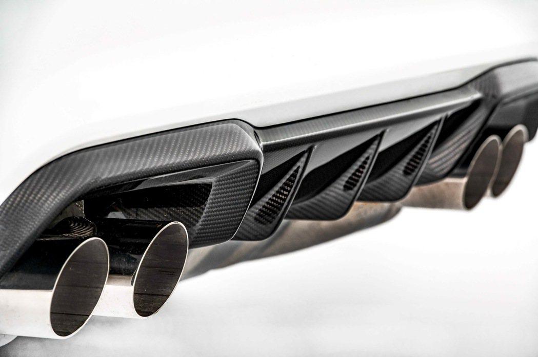 雙邊雙出的M運動化排氣系統搭配碳纖維材質後保下擾流,渾厚澎湃聲浪讓駕駛者熱血沸騰...